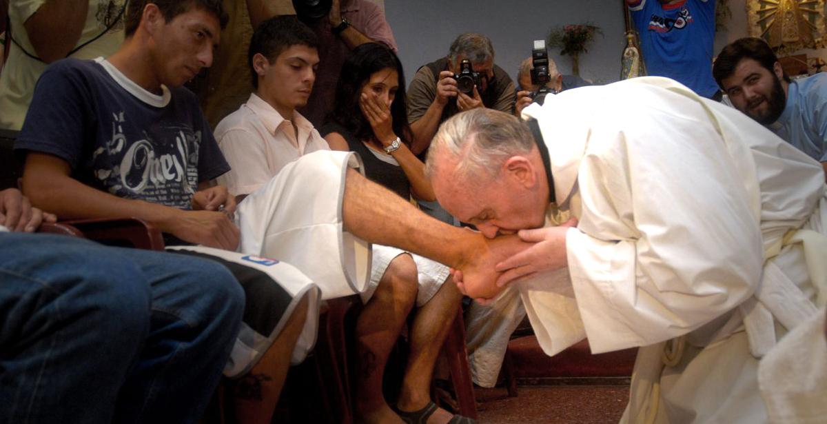 Alors archevêque de Bueno Aires, Jorge Bergoglio avait lavé les pieds de détenus, comme ici en 2008 (Photo: Keystone)